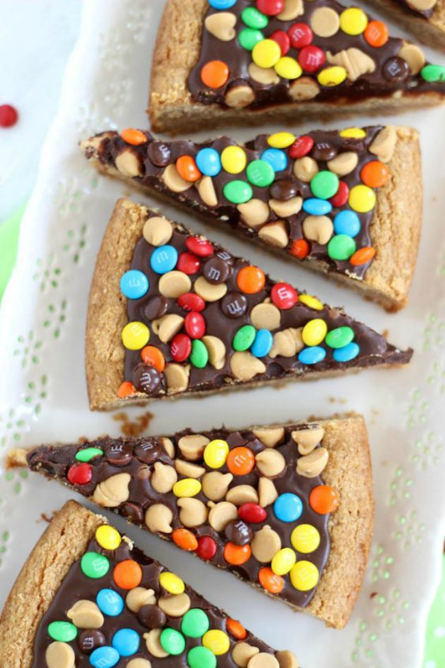 Chocolate peanut butter cookie pizza, dessert pizza